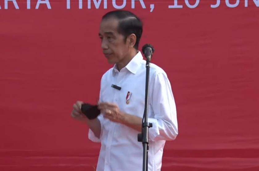 Presiden Jokowi meninjau vaksinasi Covid-19 massal di Terminal Kampung Rambutan, Jakarta Timur. (Foto: PMJ News/YouTube Setpres).