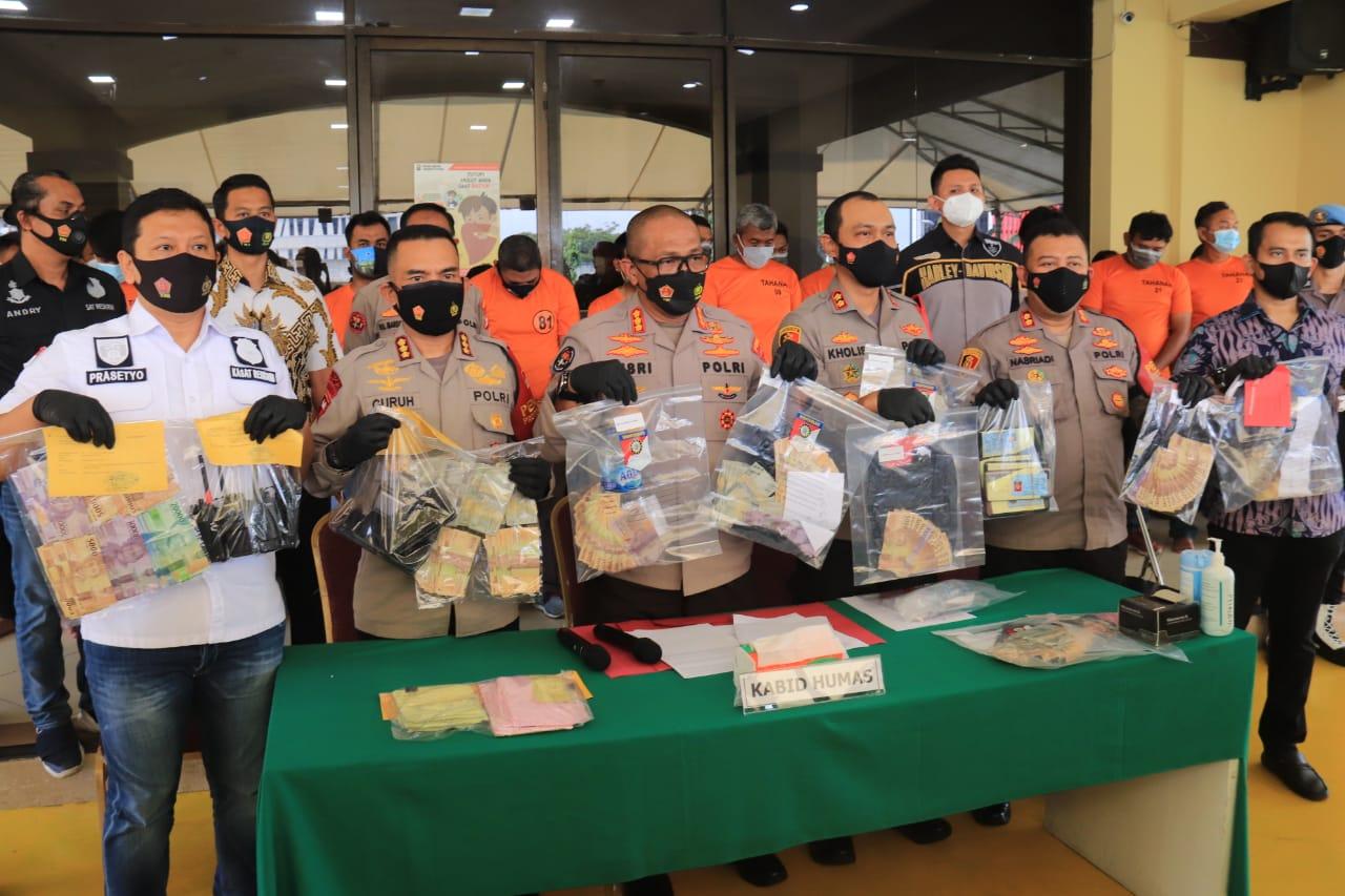 Polda Metro tunjukkan barang bukti dari aksi para preman. (Foto ; Dok PMJ).