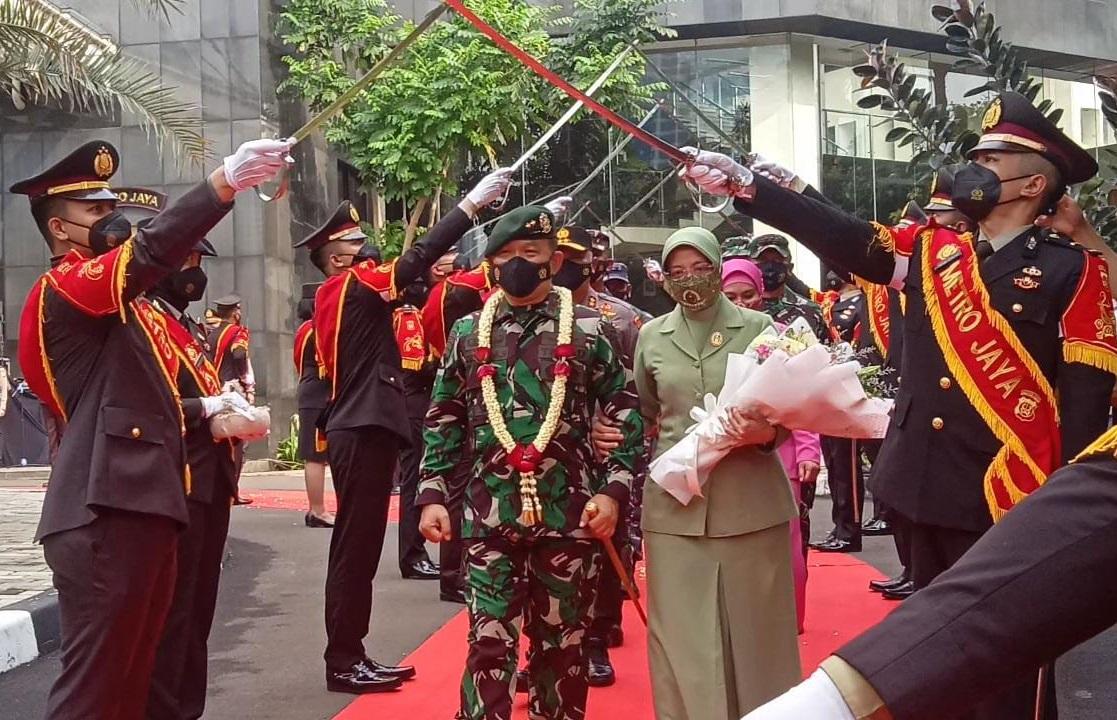 Kapolda Metro Jaya, Irjen Pol Fadil Imran memberikan penghormatan kepada Mayjen TNI Dudung Abdurachman yang dilantik jadi Pangkostrad