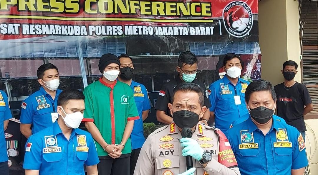 Press Conference kasus narkotika musisi Anji di Polres Jakarta Barat. (Foto: PMJ News/Yeni)