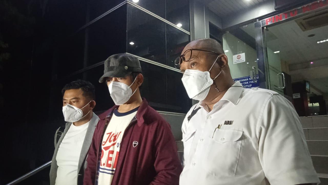 Ryan D Masiv ditemani kuasa hukumnya akhirnya buka suara dan membuat laporan polisi di SPKT Polda Metro Jaya Jakarta. (Foto: PMJ News/ Yeni).
