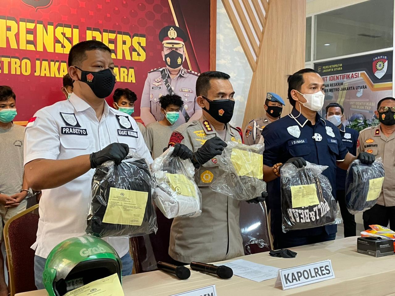 Sejumlah barang bukti kasus penganiayaan diamankan polisi. (Foto: PMJ News/ Nia TV Radio Polri)