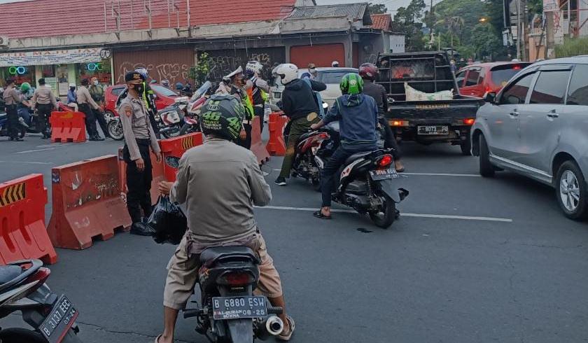 Personel gabungan melakukan penyekatan untuk membatasi mobilitas warga. (Foto: PMJ News).