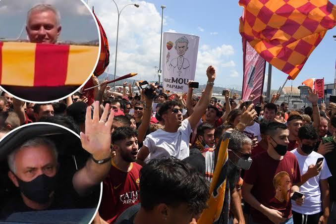 Jose Mourinho disambut hangat pendukung AS Roma. (Foto: Dok Net)