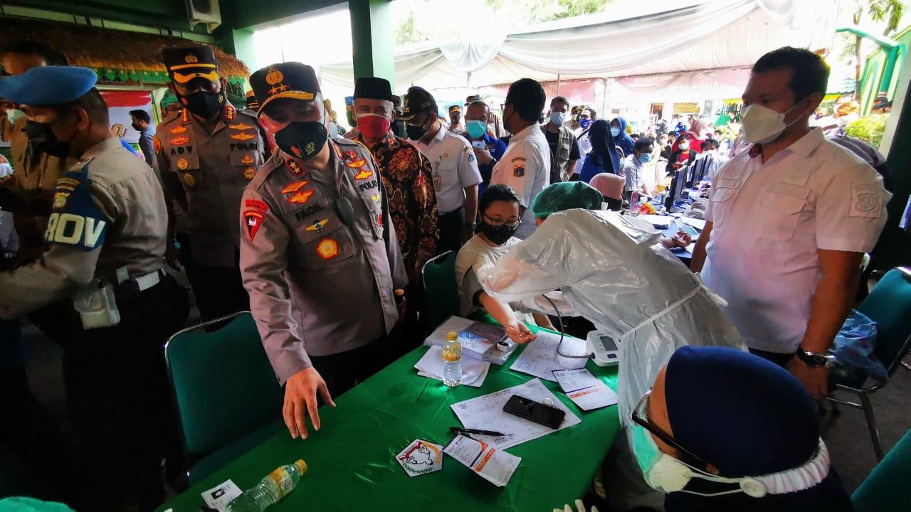 Kapolda Metro Jaya meninjau ujicoba vaksin merdeka di SMK Satria, Srengseng, Kembangan, Jakarta Barat. (Foto: PMJ News).
