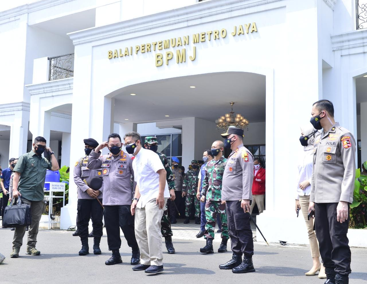 Kapolri Jenderal Pol Listyo Sigit Prabowo bersama Kapolda Metro Jaya Irjen Pol M Fadil Imran di Mapolda Metro Jaya. (Foto: PMJ News).