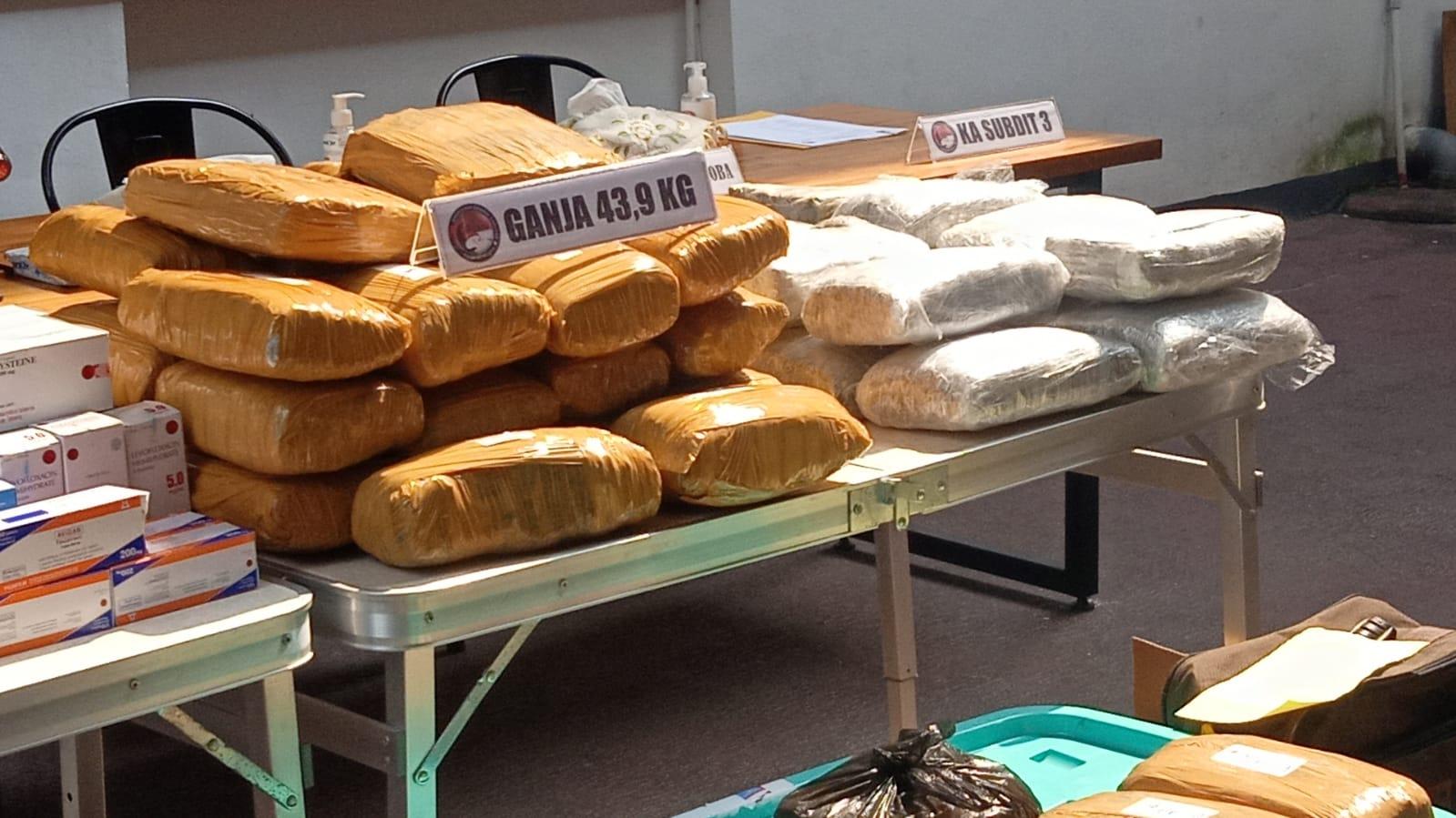 Barang bukti ganja diamankan polisi. (Foto: PMJ News).