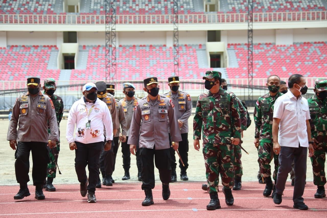 Kapolri Jenderal Listyo Sigit Prabowo bersama Panglima TNI dan Menpora meninjau Stadion Lukas Enembe dan arena akuatik menjelang PON ke-XX Papua. (Foto: PMJ News).