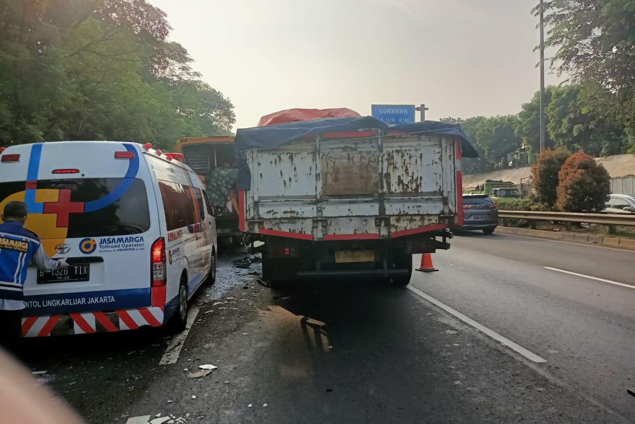 Tabrakan beruntun yang melibatkan kendaraan berat terjadi di ruas Tol JORR Km 35.200 arah Cikunir. (Foto: PMJ News/TMC Polda Metro Jaya).