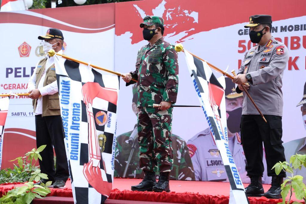 Kapolri bersama Panglima TNI dan Gubernur Jatim melepas pemberangkatan kendaraan pembagi 500.000 masker untuk Bumi Arema. (Foto: PMJ News)