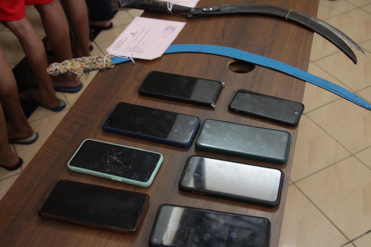 Sejumlah senjata tajam yang dipakai ntawuran diamankan polisi. (Foto: PMJ News).