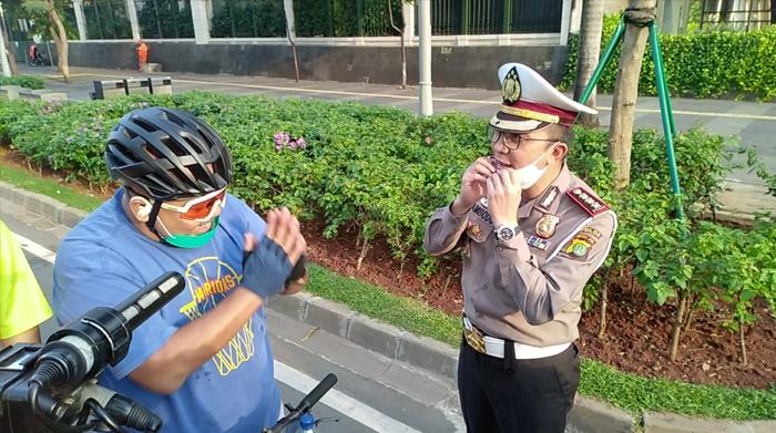 Dirlantas Polda Metro Jaya memberikan teguran  kepada pesepeda yang tidak mematuhi aturan lalu lintas. (Foto: PMJ News/Istimewa).