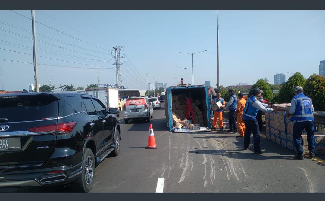 Kecelakaan lalin di GT Meruya Selatan, Jakbar. (Foto: Twitter TMC PMJ).