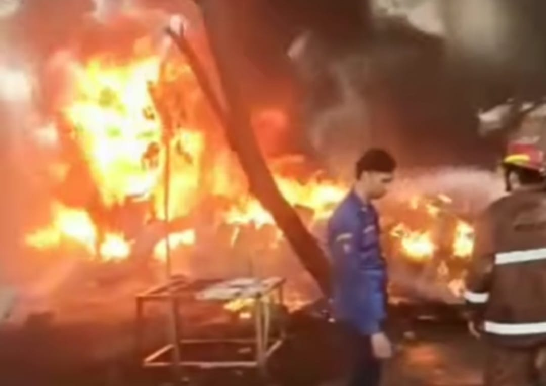 Kebakaran di sebuah pabrik di Depok. (Foto: PMJ News/Instagram Infodepok_id)